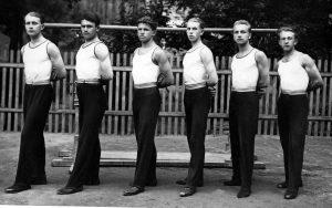 ПРЕДЊАК – Врста Државне мушке гимназије у Суботици која је вежбала на разбоју 1929. године:(с десна у лево) –Дучевић, Трилсам, Јанкач, Грајнер, Дулић и Шевчик