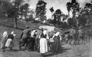 Народ помаже српској војсци да артиљерија стигне на положај 1914. године