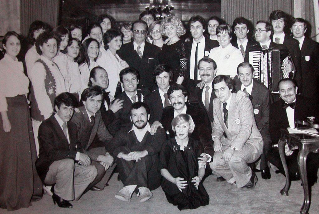 Новосадско КУД у гостима код Тита. У првом реду доле седе Ђорђе Балашевић и Перо Зубац