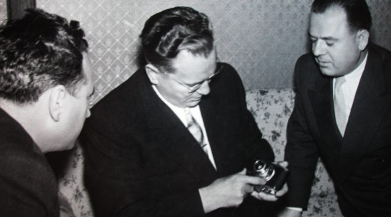 """Високи војводјански политички функционери Геза Тиквицки и Пашко Ромац поклонили су Титу најновију """"лајку"""" (Снимак Дјуле Брежана)"""