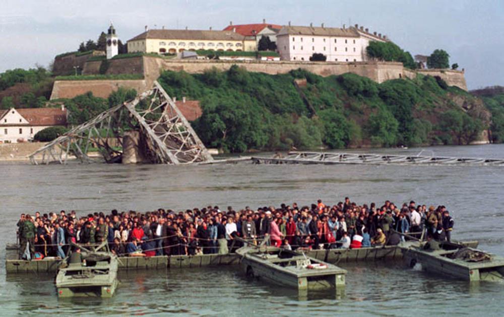Нови Сад.1999.Агресија.Скела крај Варадинском моста.Фото:Дарко Дозет